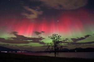 wikipedia-red_and_green_auroras